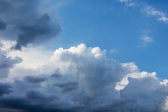 Nuage blanc dans le ciel sombre entouré par le clouds_ foncé images stock