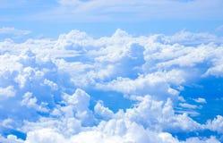 Nuage blanc en ciel de bllue Images stock