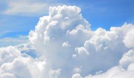 Nuage blanc en ciel de bllue Image stock