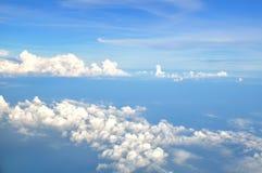 Nuage blanc en ciel de bllue Photographie stock libre de droits