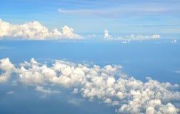 Nuage blanc en ciel de bllue Photographie stock