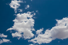 Nuage blanc gonflé sur un ciel bleu Photo libre de droits