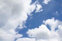 Nuage blanc sur le ciel bleu photos libres de droits