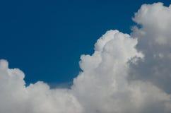 Nuage blanc sur le ciel bleu Image libre de droits