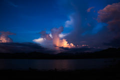 Nuage bleu avec l'arc-en-ciel Photographie stock libre de droits