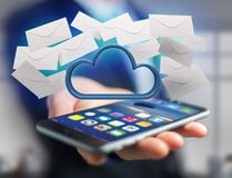 Nuage bleu entouré par l'email réaliste d'enveloppe montré sur a Photographie stock libre de droits