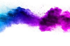Nuage Bleu-pourpre d'explosion de poudre de couleur d'isolement sur le fond blanc photos libres de droits