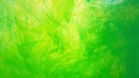 Nuage coloré abstrait d'encre dans l'eau Mouvement de peinture vert jaunâtre dans l'eau Fond d'encre acrylique dans l'eau clips vidéos