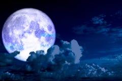 Nuage congelé de silhouette de dos de lune en ciel nocturne Images libres de droits