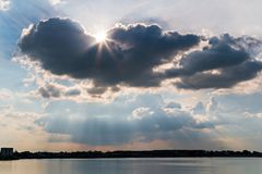 Nuage d'ailes d'ange au-dessus de lac Photographie stock