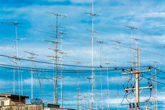Nuage d'antena de télévision dans le ciel bleu Photographie stock