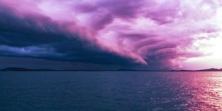 Nuage d'Arcus coloré par magenta, paysage marin de coucher du soleil images libres de droits