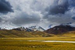 Nuage d'automne et montagnes couronnées de neige photo libre de droits