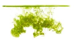 Nuage d'encre sous l'eau d'isolement sur le fond blanc Encre verte dans l'eau avec la ligne de flottaison, baisse d'encre Photo libre de droits