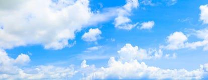 Nuage de ciel de panorama vif et fond d'heure d'été d'orage de forme beau avec l'espace de copie photos libres de droits