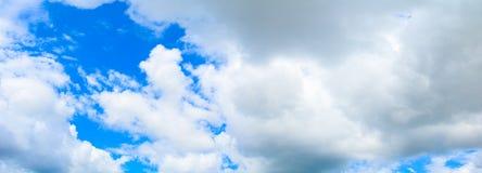 Nuage de ciel de panorama vif et fond d'heure d'été d'orage de forme beau avec l'espace de copie photo stock