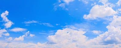 Nuage de ciel de panorama vif et fond d'heure d'été d'orage de forme beau avec l'espace de copie image libre de droits