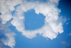 Nuage de forme de coeur sur le ciel bleu Image libre de droits