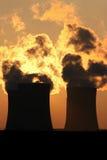 nuage de fumée des tours de refroidissement de centrale Photos libres de droits