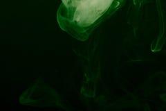Nuage de fumée sur le fond noir Foyer sélectif toned Photo stock