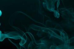 Nuage de fumée sur le fond noir Foyer sélectif toned Images stock