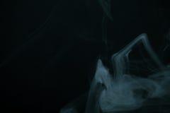 Nuage de fumée sur le fond noir Foyer sélectif toned Photo libre de droits