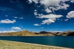 Nuage de lac mountain et ciel bleu Photos stock
