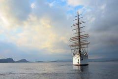 Nuage de luxe de mer de pélerin dans la baie de Navarino, Grèce Photo stock