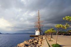 Nuage de luxe de mer de pélerin dans la baie de Navarino, Grèce Photos stock