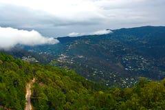 Nuage de nimbus sur la montagne verte Photo stock