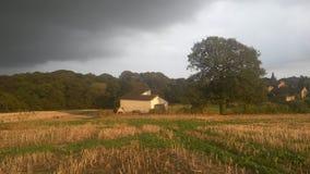 Nuage de pluie approchant un club de cricket Images stock