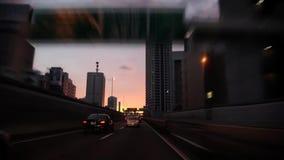 Nuage de pluie gris lourd de la personne POV en verre de bouclier de vent premier en ciel étonnant de coucher du soleil de soirée banque de vidéos