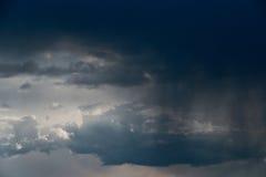 Nuage de pluie, plan rapproché, tempête de pluie dans la perspective du ciel d'été Texture La pluie vient du nuage photos libres de droits