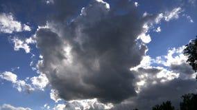 Nuage de tempête sur un ciel bleu banque de vidéos