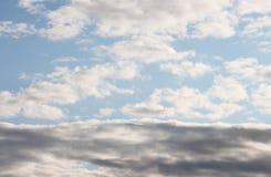 Nuage des nuages légers et foncés Photos stock