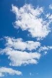 Nuage doux léger sur un ciel bleu Photographie stock libre de droits