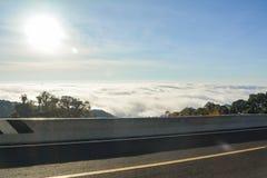Nuage du soleil de forêt de montagne Photographie stock