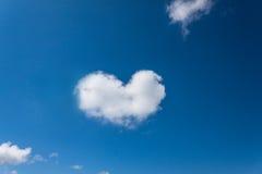 Nuage en forme de coeur. Photos libres de droits