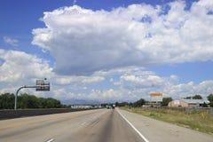 Nuage ensoleillé de ciel de route de Denver Photo libre de droits