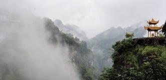 Nuage et brouillard autour de la villa Photos stock