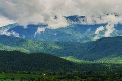 Nuage et brouillard sur la montagne Image libre de droits