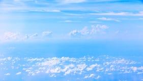 Nuage et ciel bleu Photo stock