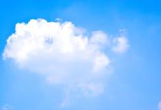 Nuage et ciel bleu le jour images stock