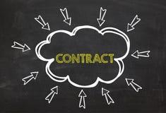Nuage et flèche avec le contrat des textes Concept de l'information de contrat sur le fond de tableau noir Photos libres de droits