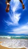 Nuage et saut d'été vers la mer Photo stock