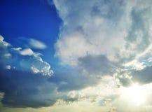 Nuage et soleil sur le ciel Photographie stock