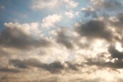 Nuage foncé occupé au-dessus de ciel vibrant de couleur image stock