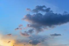 Nuage gentil avec le ciel de coucher du soleil images libres de droits