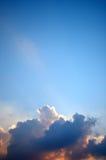 Nuage gentil en ciel bleu image libre de droits