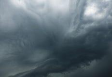Nuage gris impressionnant avant pluie Image libre de droits